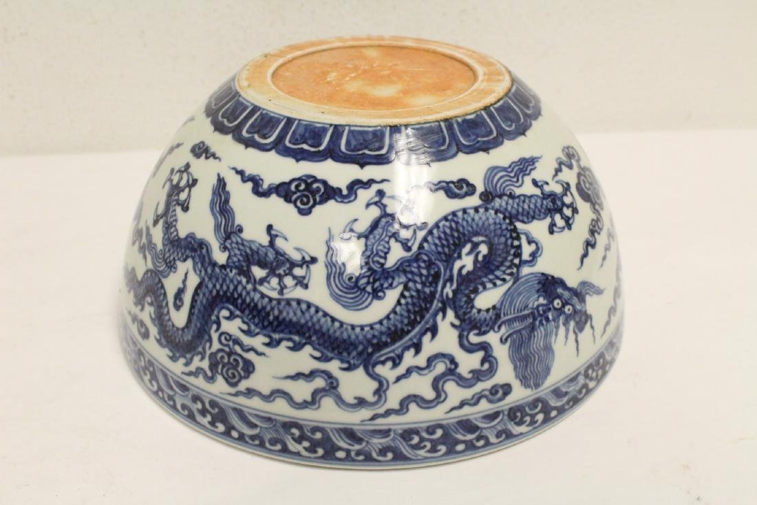 A large Chinese blue and white porcelain bowl - 10