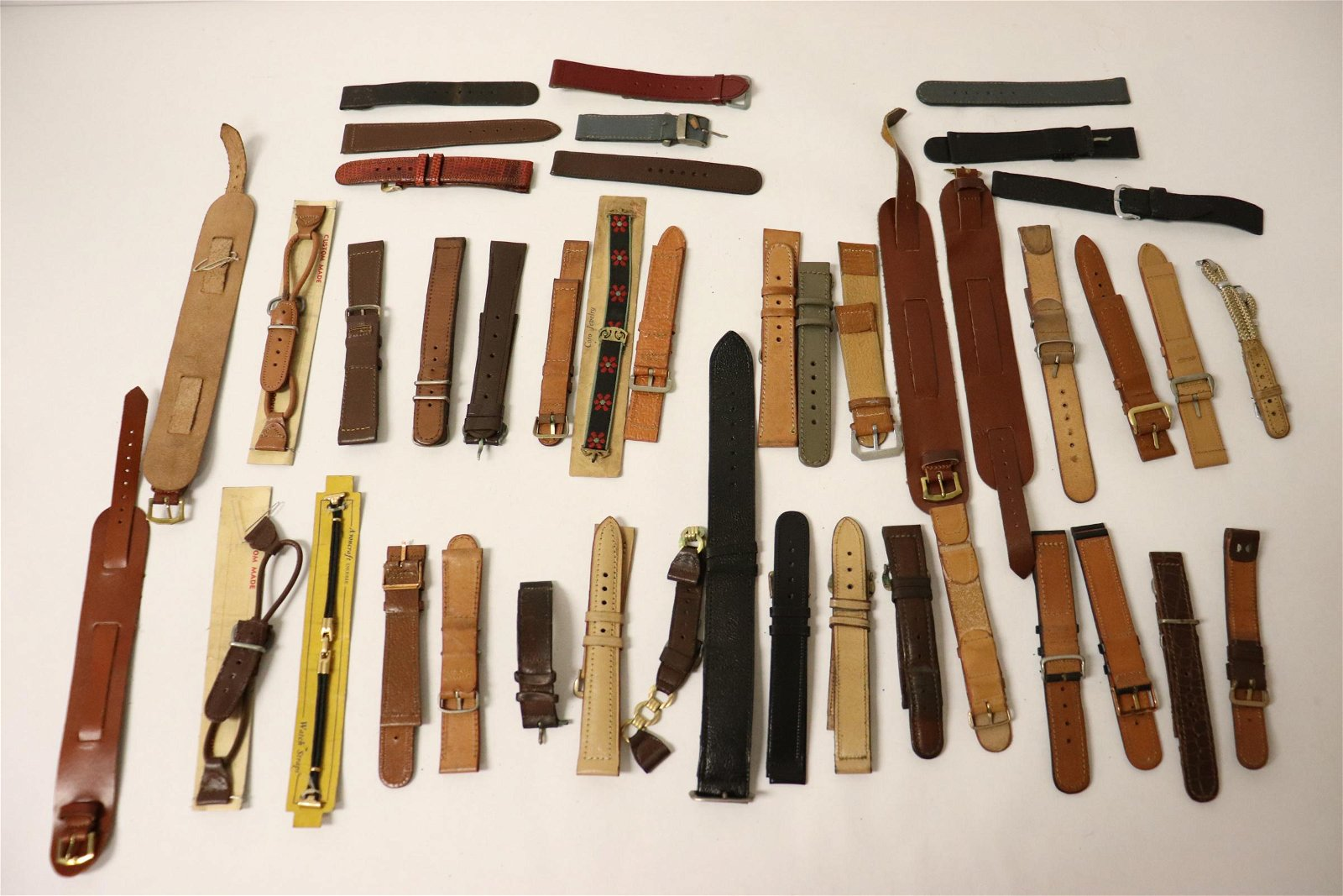 Approx. 40 watch bands