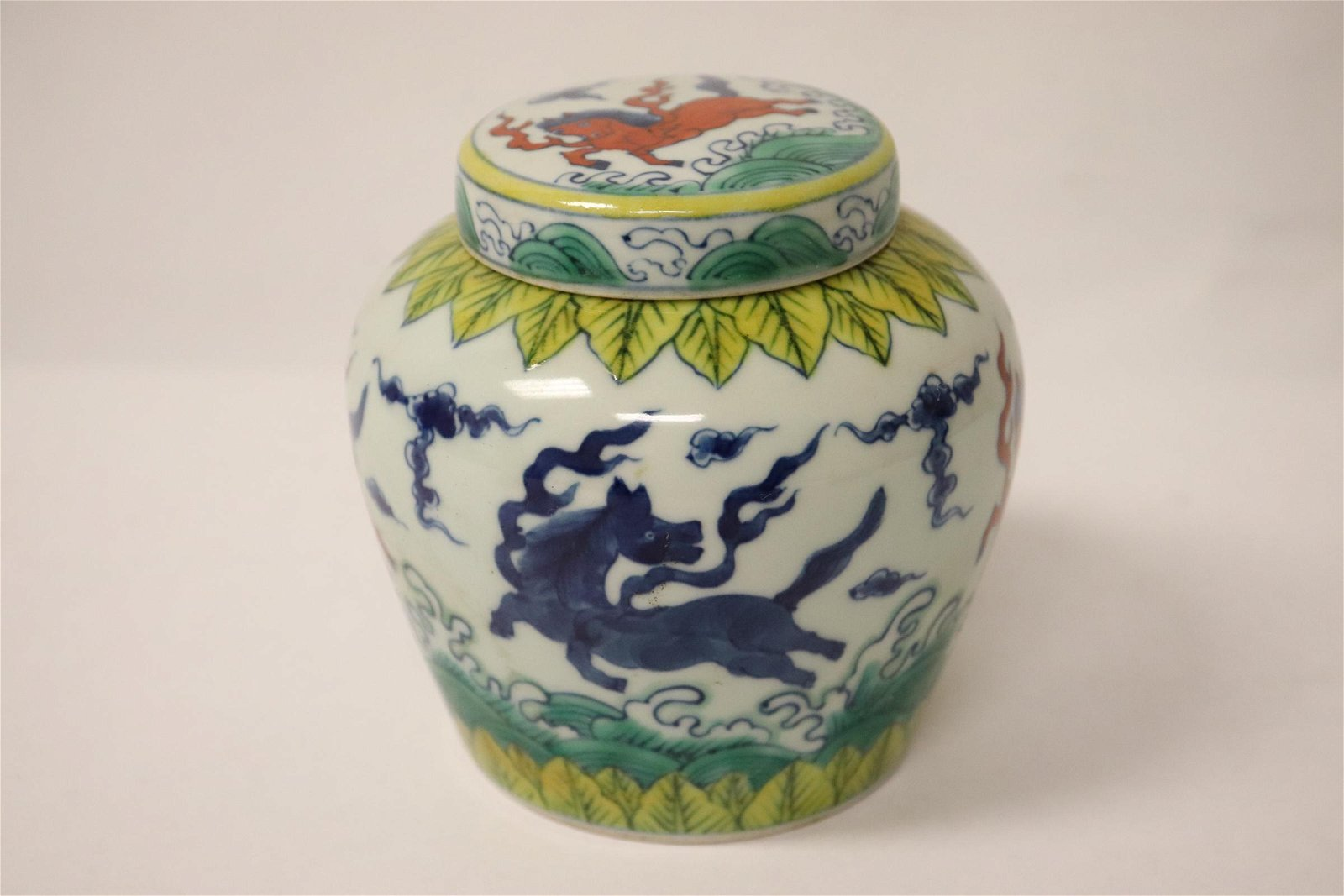 Chinese small wucai porcelain covered jar