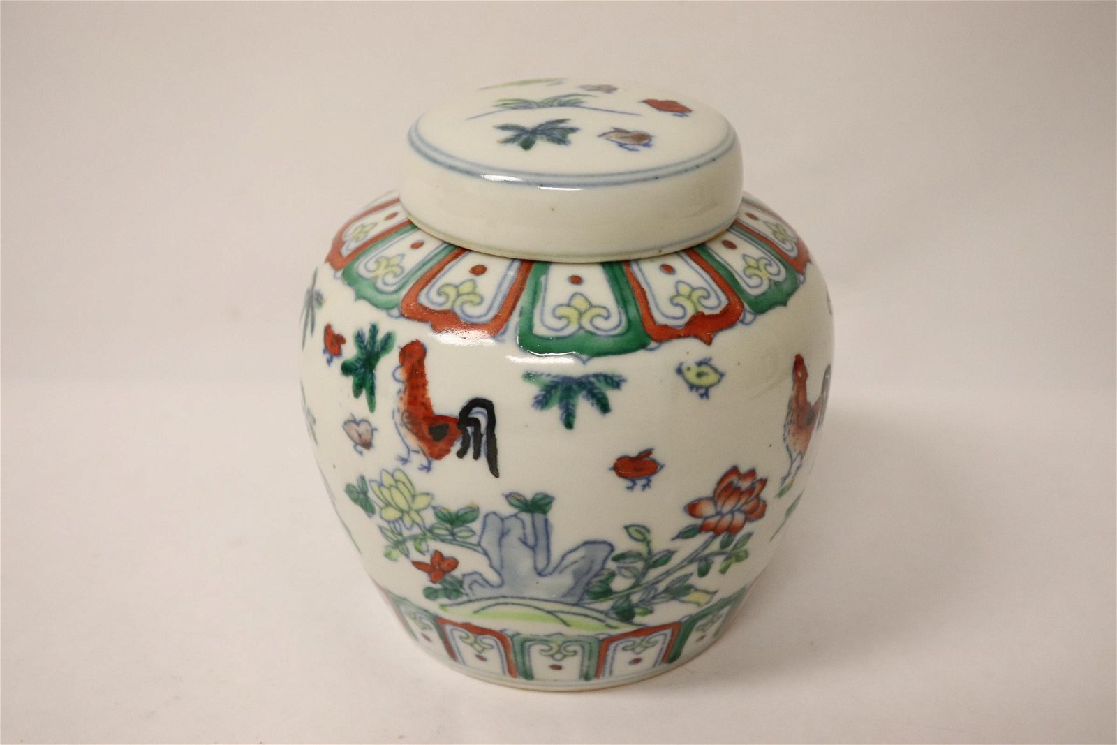 Chinese wucai porcelain covered small jar