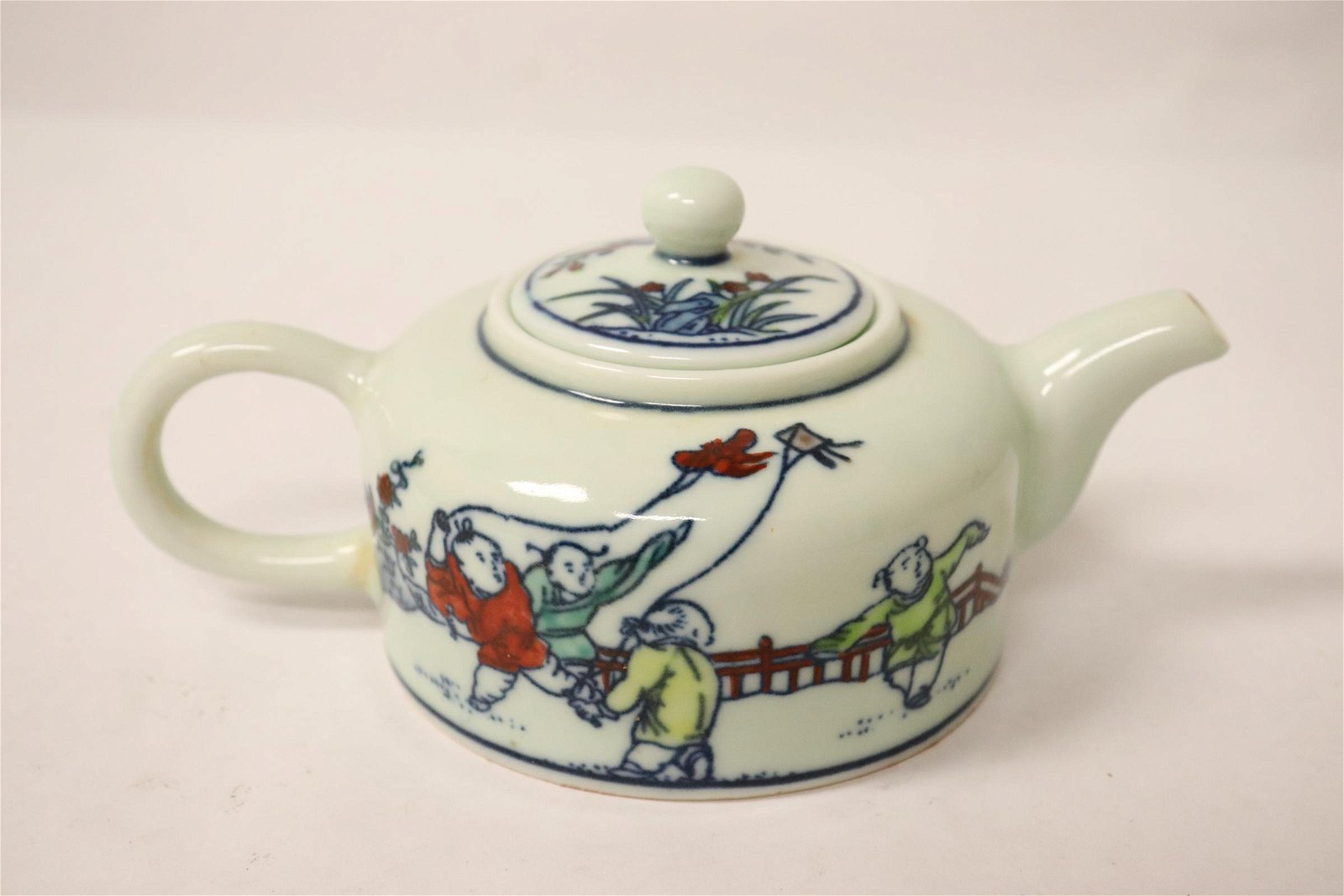 Chinese wucai porcelain teapot