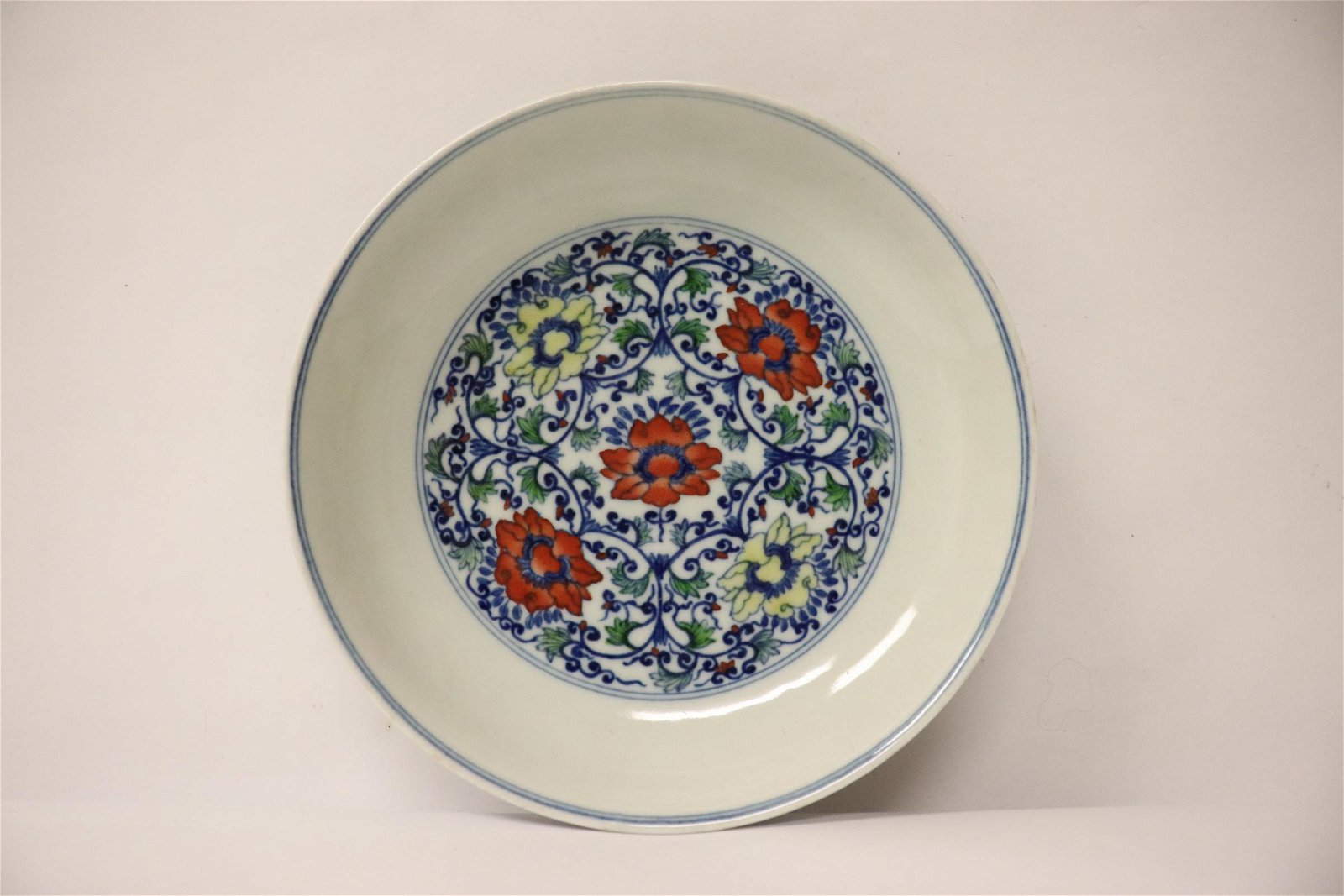 Chinese small wucai porcelain plate