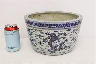 Chinese wucai porcelain planter