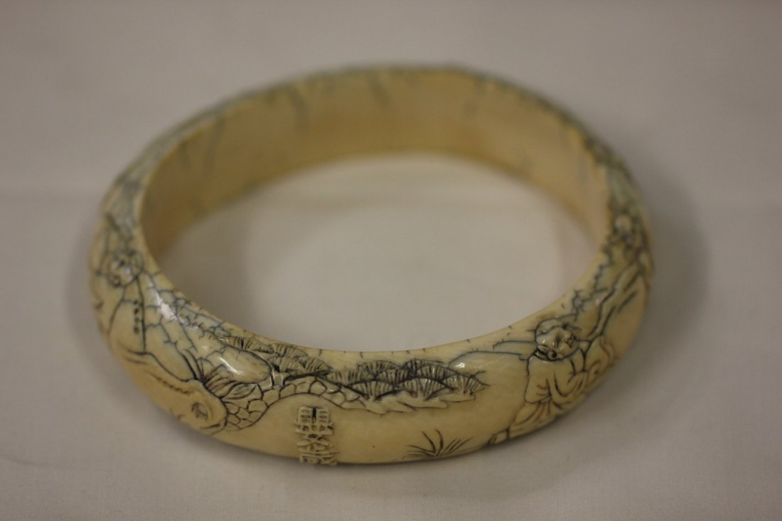 123: Ivory bracelet with figures in high relief