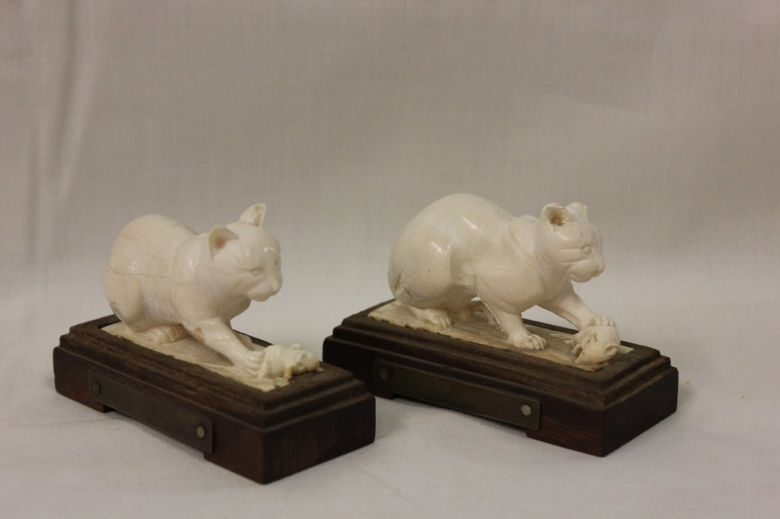 124: Pair ivory carving depicting cat and mouse