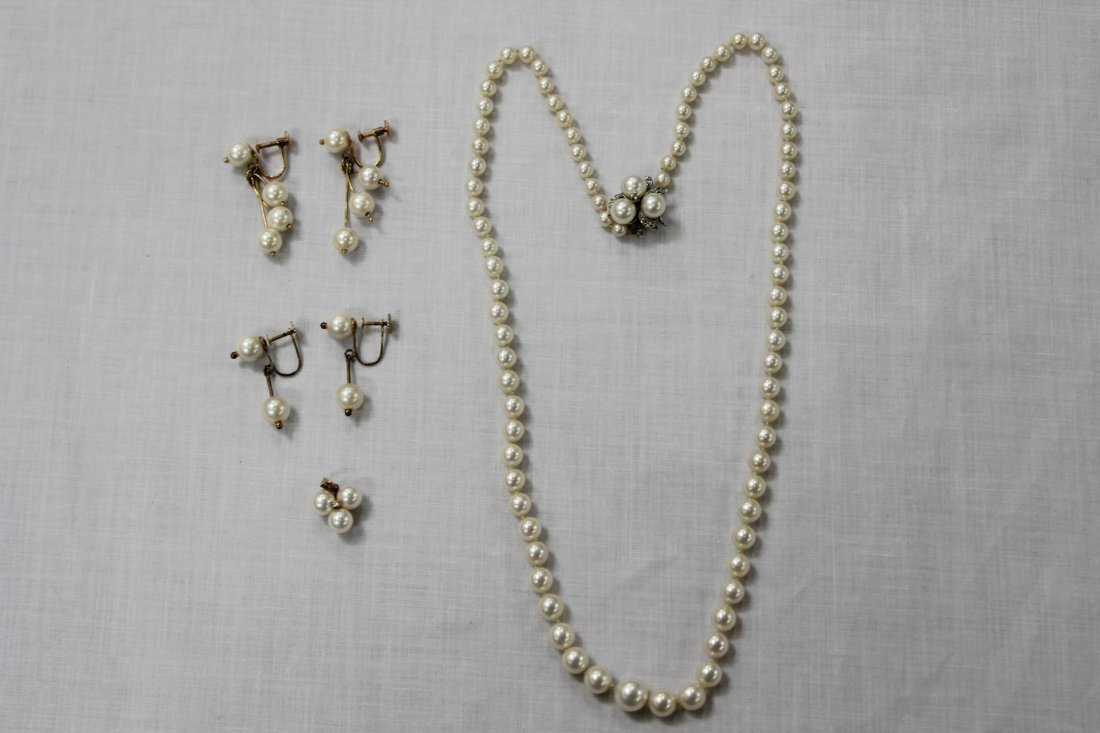 4 cultured pearl pieces (necklace, pendent, earrings)