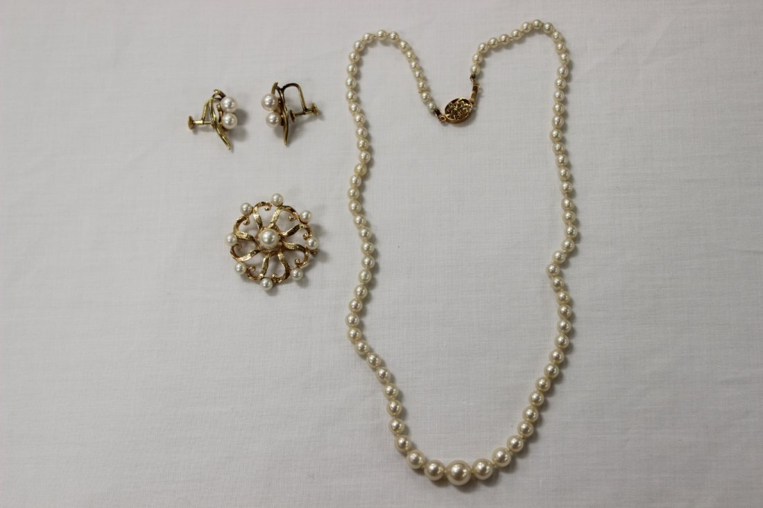 3 cultured pearl pieces (necklace, pr earring & brooch)