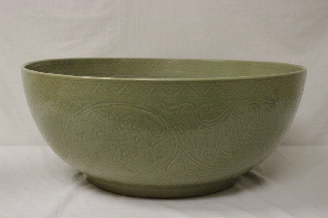 A massive Chinese celadon porcelain bowl - 4