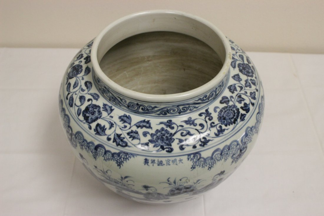 A large Chinese blue and white porcelain jar - 2