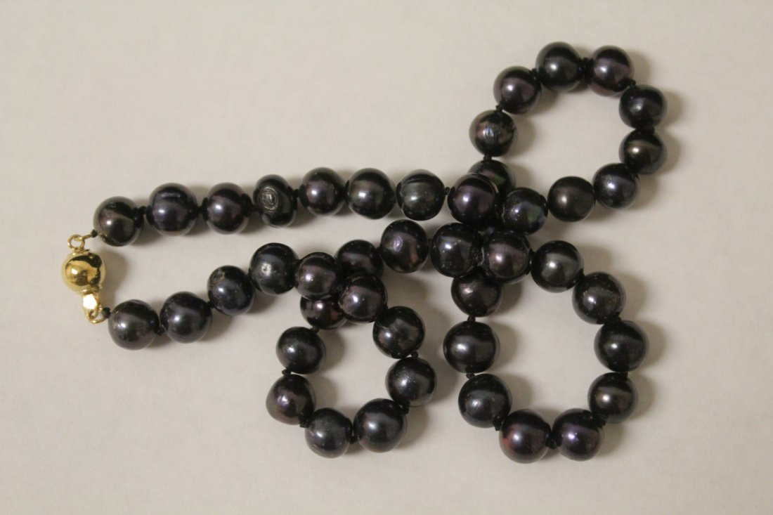 A black pearl necklace with 14K clasp - 4