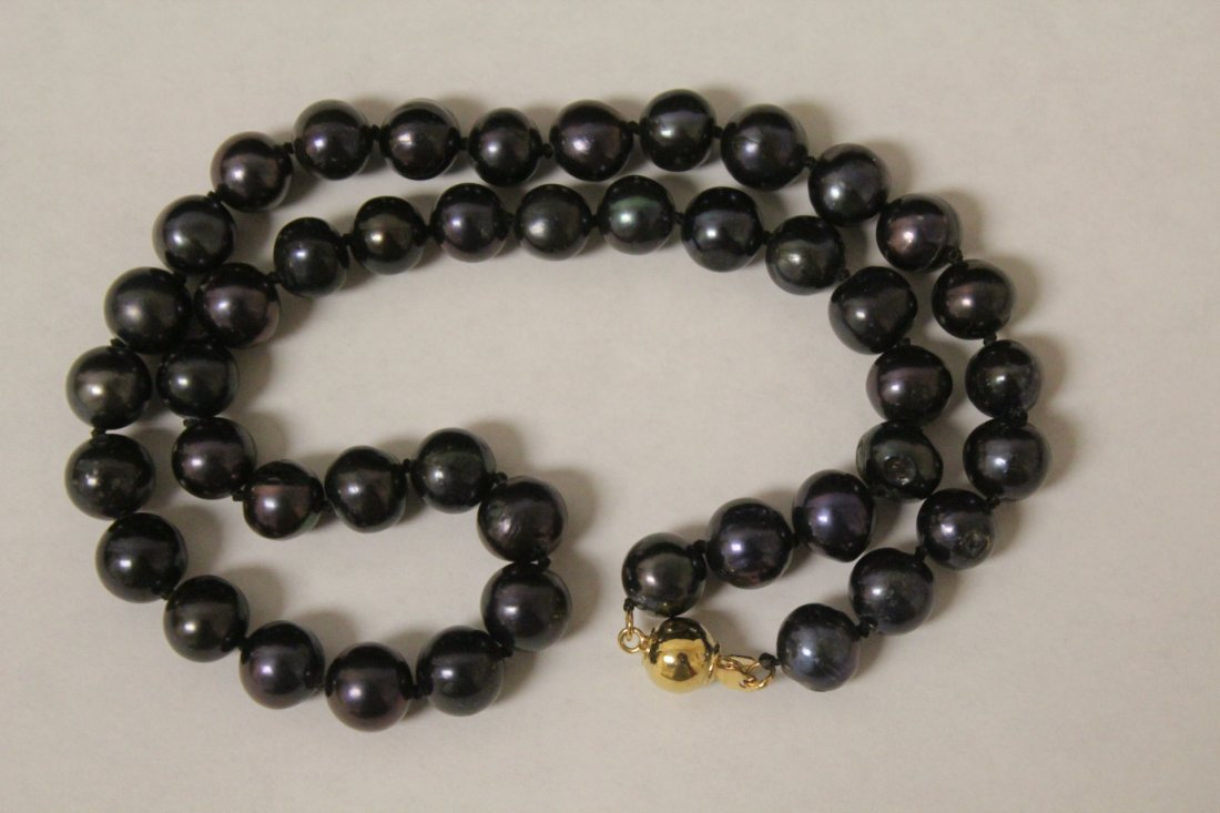 A black pearl necklace with 14K clasp - 6