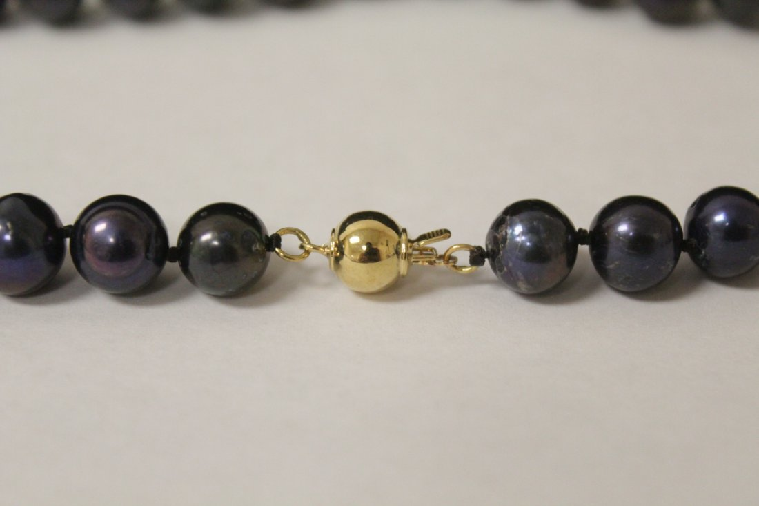 A black pearl necklace with 14K clasp - 7