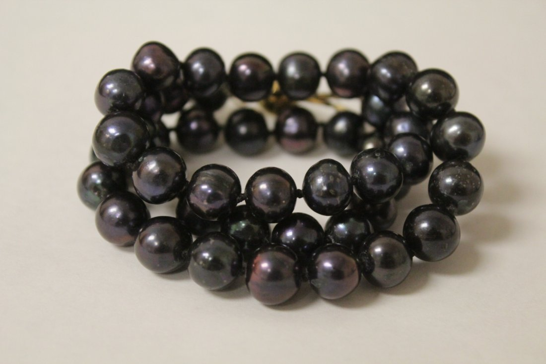 A black pearl necklace with 14K clasp - 8