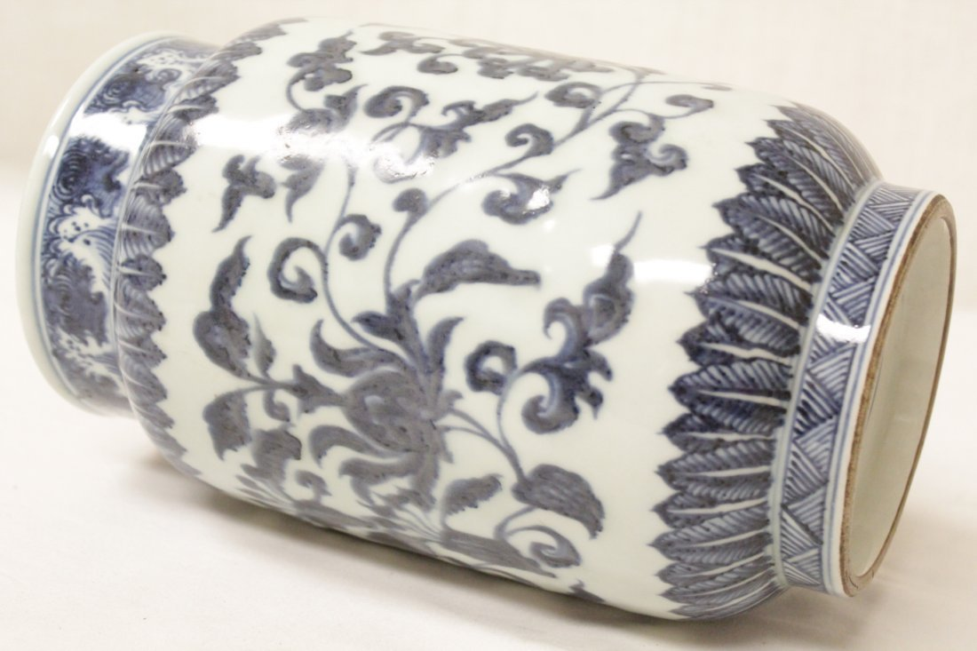 A vintage Chinese blue and white straight vase - 10