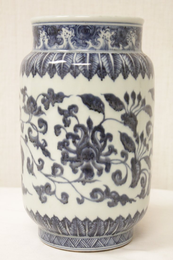 A vintage Chinese blue and white straight vase - 2
