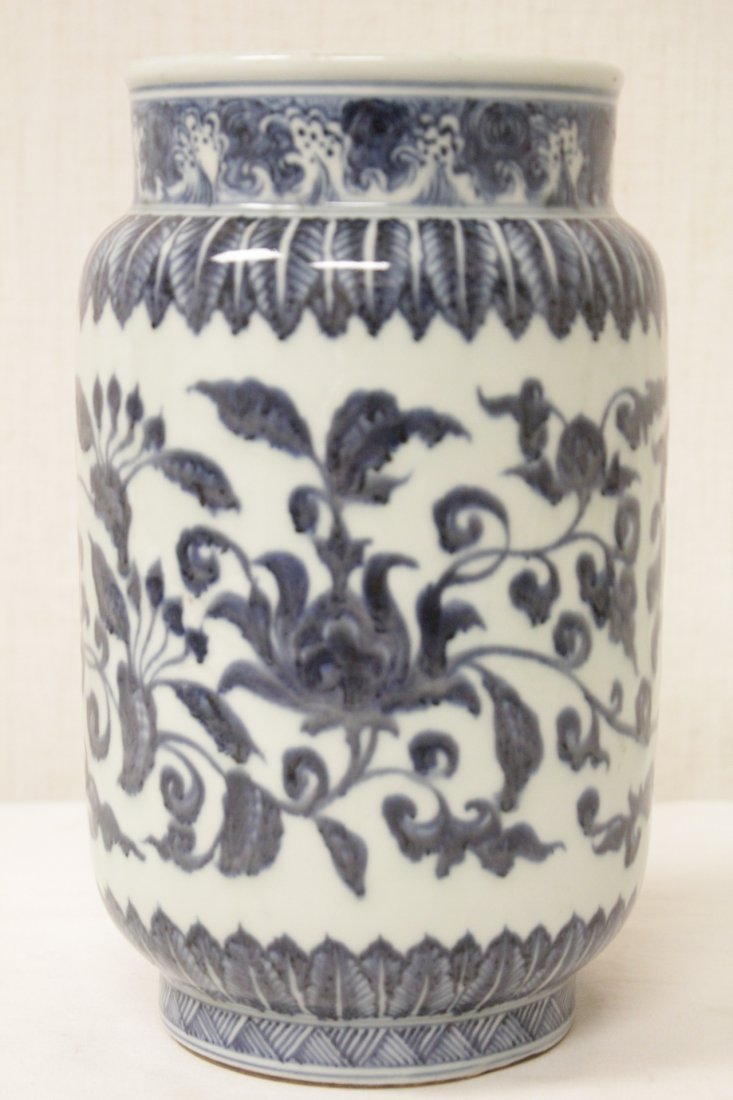 A vintage Chinese blue and white straight vase - 3