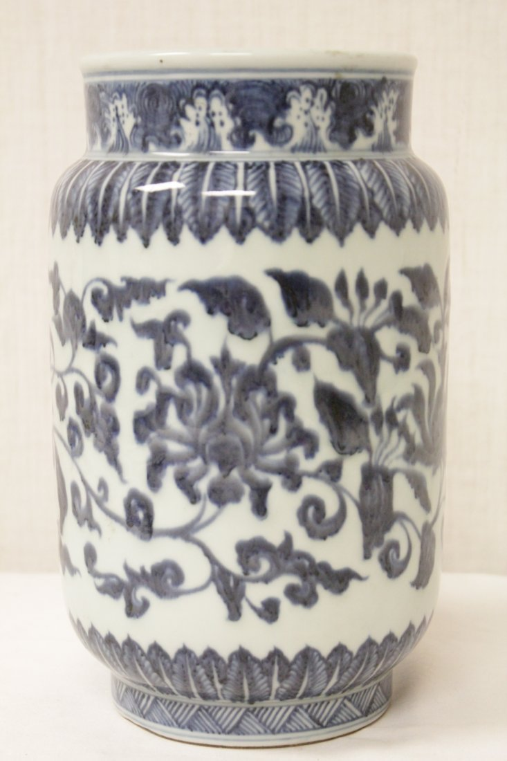 A vintage Chinese blue and white straight vase - 4