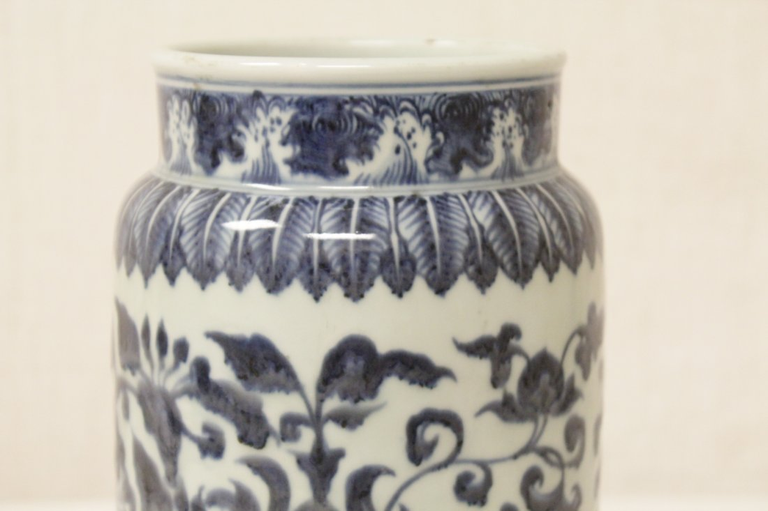 A vintage Chinese blue and white straight vase - 6