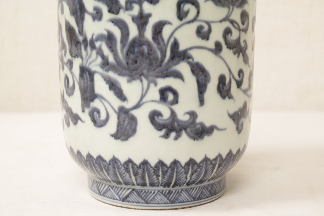 A vintage Chinese blue and white straight vase - 7