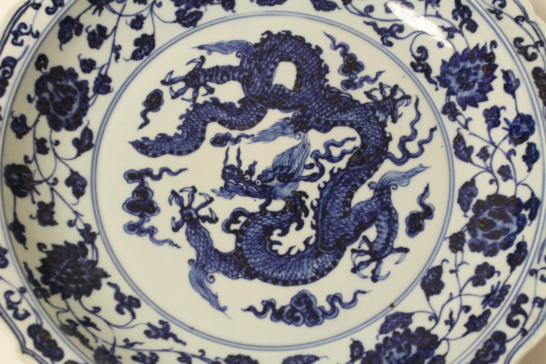 A large Chinese blue and white porcelain charger - 2