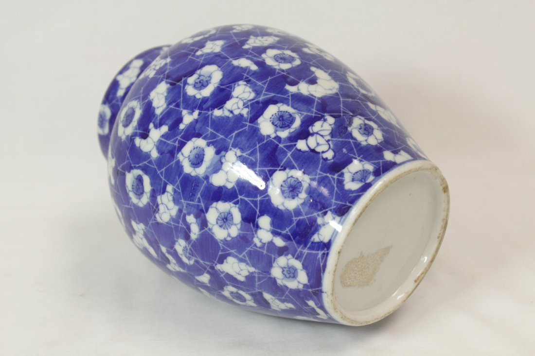 Chinese 19th c. blue & white covered jar - 3