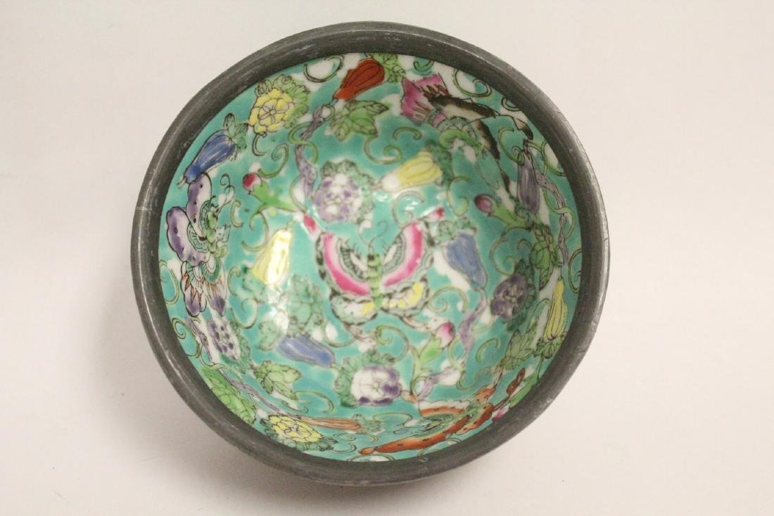 Chinese lacquer plate and a famille rose bowl - 6