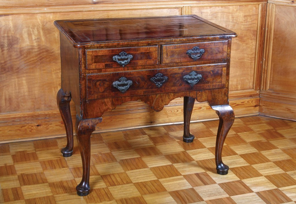 4: A fine George I walnut and feather-banded lowboy, En