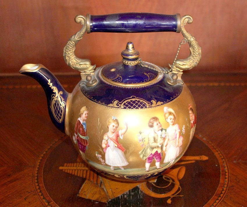 19: A Vienna porcelain teapot and lid, early 19th centu