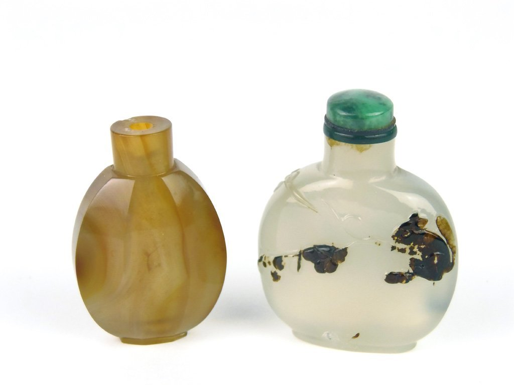 A Chinese carved agate snuff bottle with malachite stop