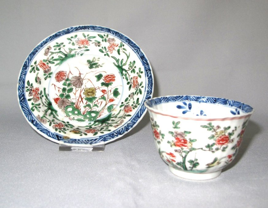 A Chinese moulded famille-verte teabowl and saucer, Kan