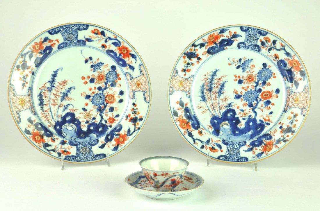A pair of Chinese Imari plates and a tea bowl, Kangxi,