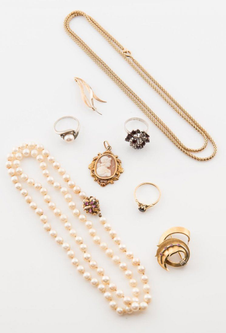 A collection of gold jewellery including a pearl ring,