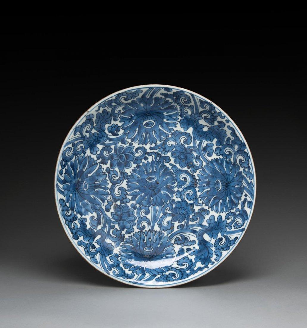 A large Chinese blue and white dish, Kangxi period,