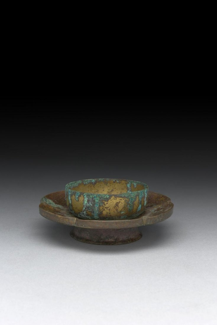 A CHINESE SIX-LOBED PARCEL GILT-BRONZE CUP STAND (ZHAN