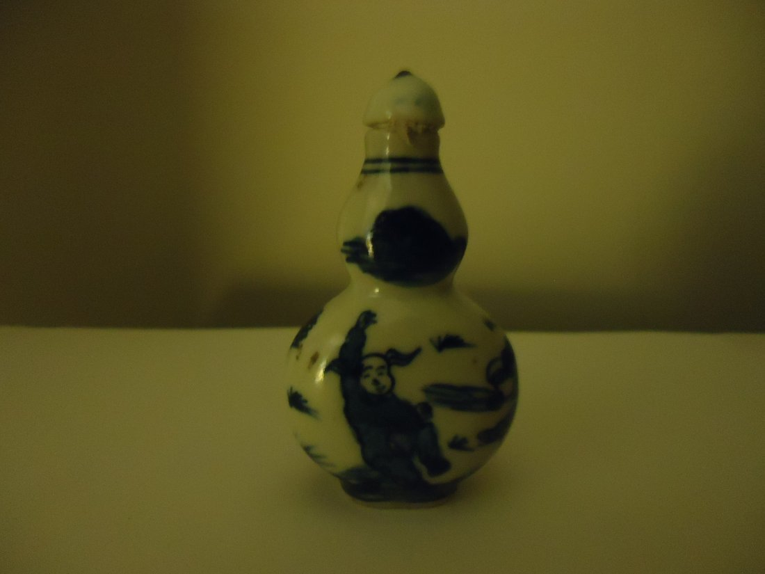 2: EARLY CHINESE BLUE AND WHITE SNUFF BOTTLE