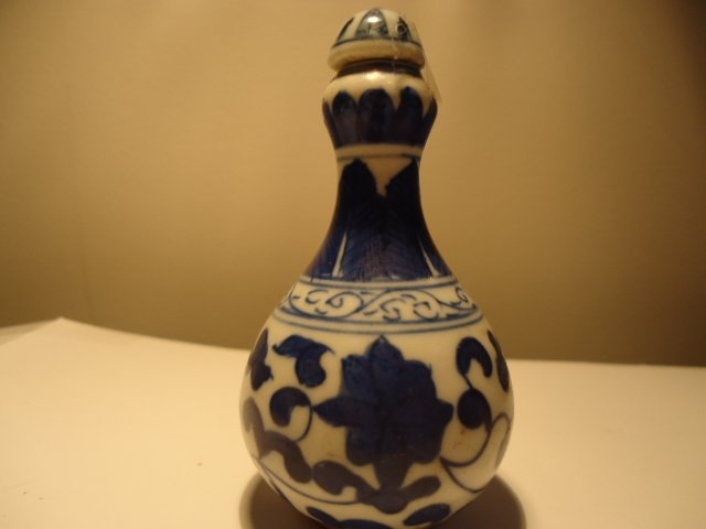 25: CHINESE BLUE AND WHITE SNUFF BOTTLE