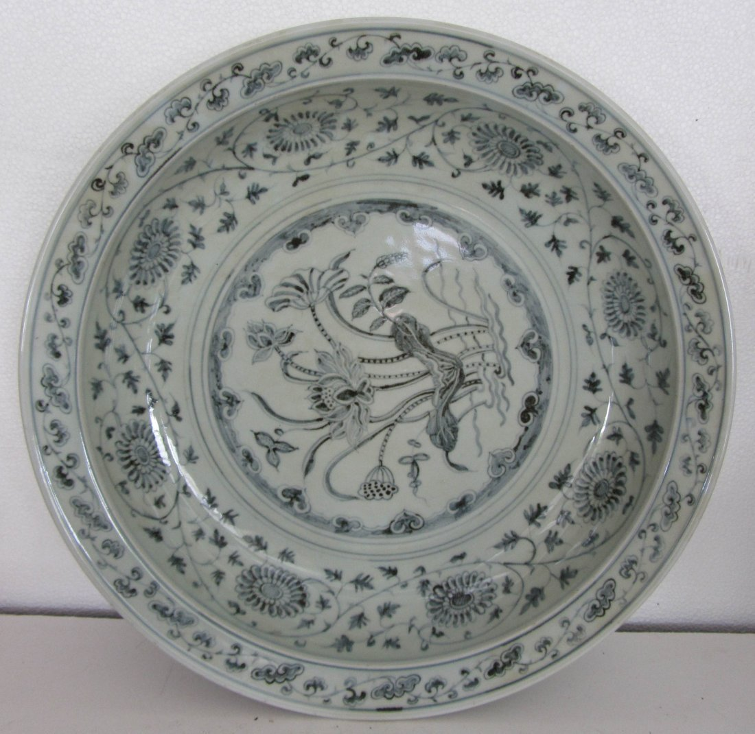 150: 18TH.C CHINESE BLUE AND WHITE CHARGER
