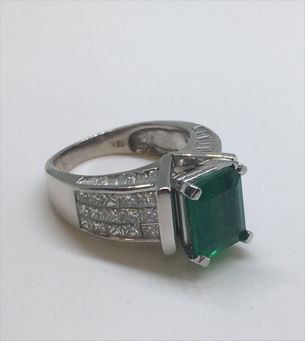 EMERALD & DIAMOND IN 18KT WHITE GOLD RING