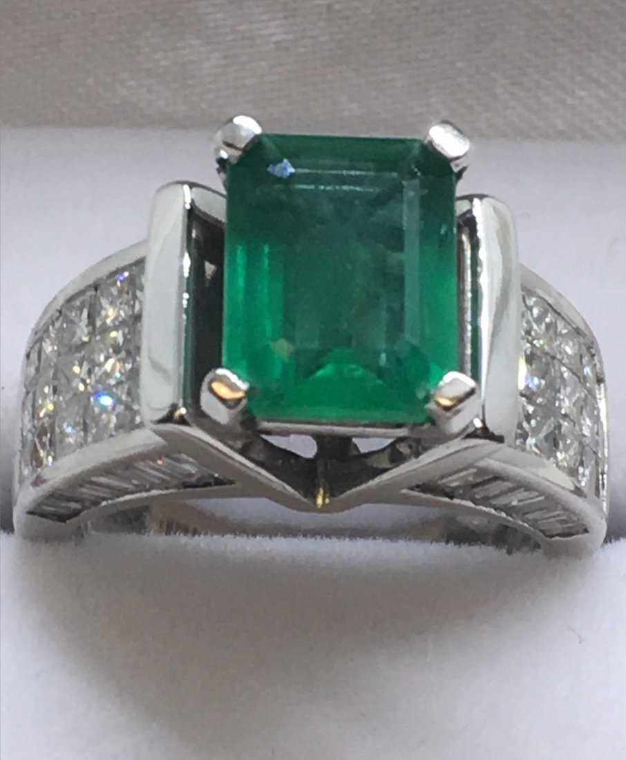 EMERALD & DIAMOND IN 18KT WHITE GOLD RING - 6