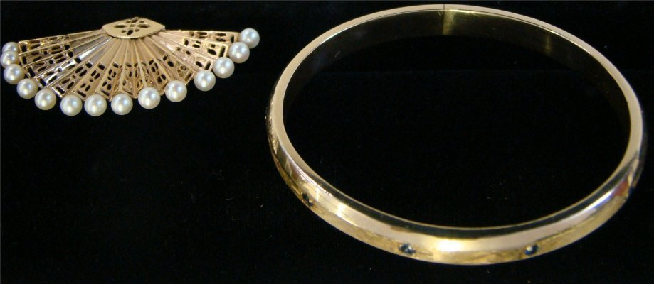 22: 14K Gold Bangle Bracelet With Sapphire Chips (Appro
