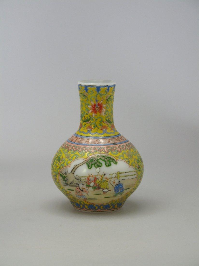 016: A Chinese Famille Rose Enamelled Glass Bottle Vase