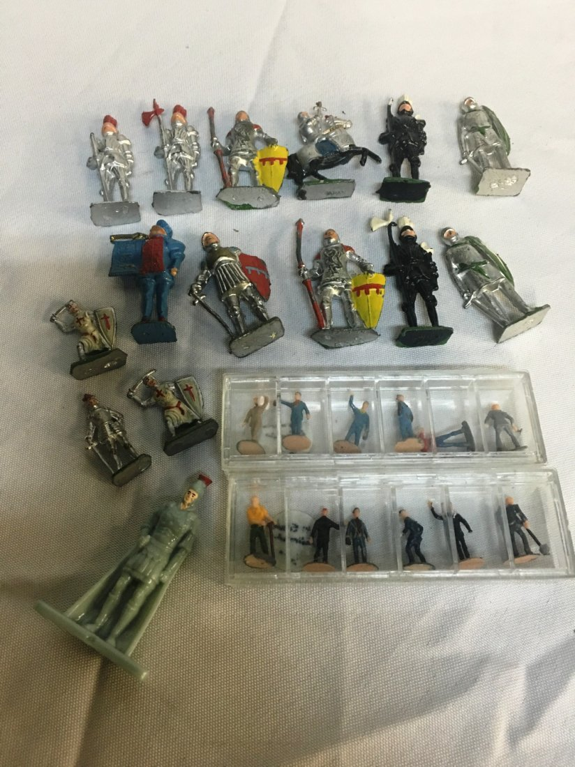 GROUP OF METAL TOY SOLDIERS
