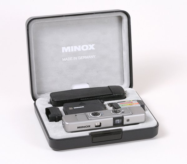 17: Minox TLX outfit with display case Nr. 2603047.
