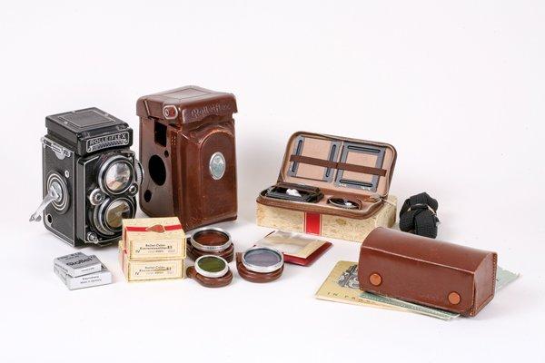 24: Rolleiflex 2,8E with lens hood Nr. 1626540.