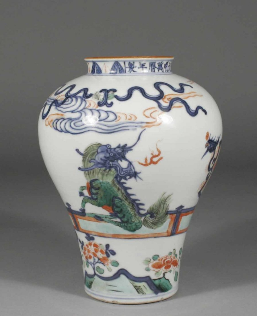 5: A Chinese Wucai high shouldered baluster vase, decor