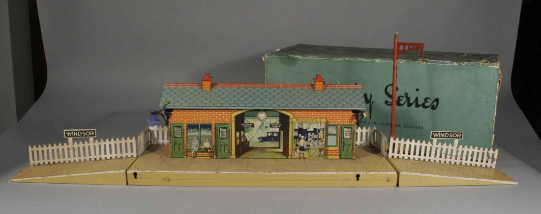 576: A vintage boxed Hornby series station no. 2E Winds