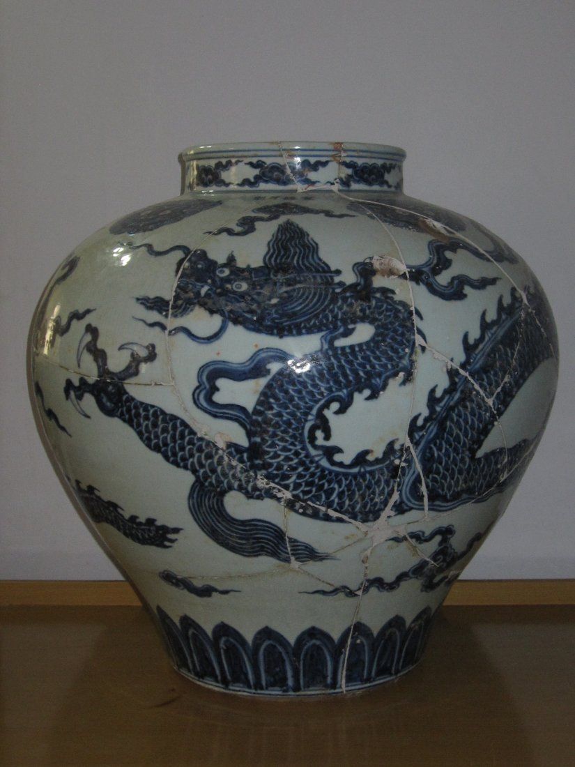 Chinese  blue and white large pot with dragon