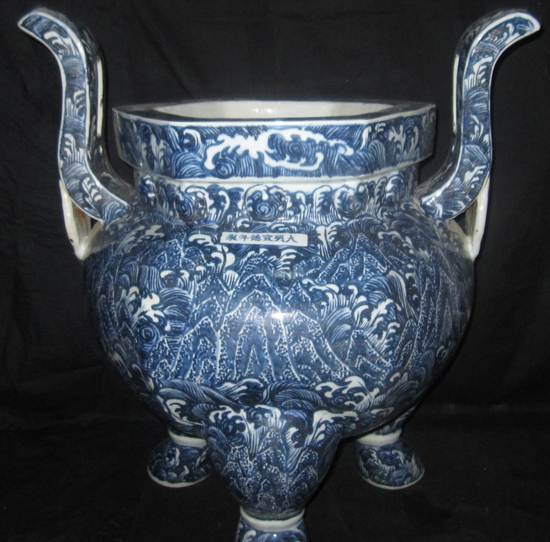 Chinese large blue & white incense burner xunde mark