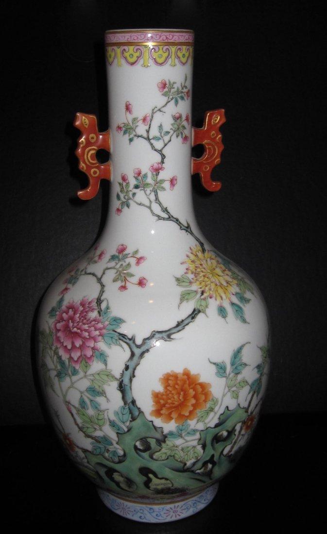 Jiaqien dynasty long neck famillar vase with ears