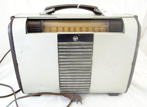 "11: 1940s""RCA Victor""Tube Radio Model No. 8bx6"